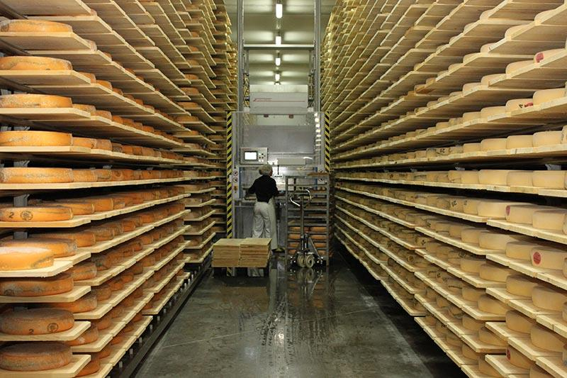 Les caves d'affinage de la fromagerie Monnin à Chantrans dans le Doubs
